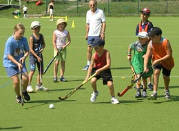 Hockey spielende Kinder